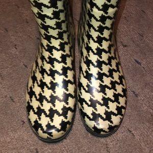 Black/white houndstooth rain boot